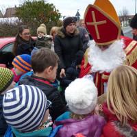 Der Nikolaus kommt in der Kutsche und beschenkt die Kinder